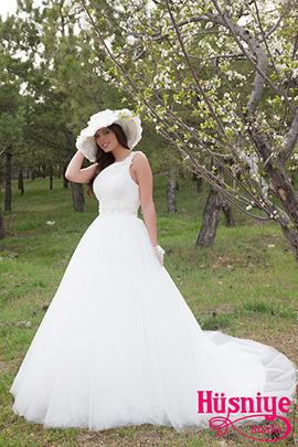 2020Tek omuzlu, belden kabarık ,çiçek süslemeli eldiven ve şapka aksesuarlı kır düğünü gelinlik modeli