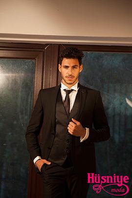 2019Siyah yelekli damatlık modelimizi beyaz kırık yaka gömlek , kravat fular tamamlıyor.