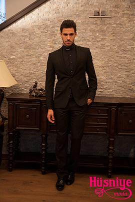 2019Siyah gömlek, siyah yelek, siyah damatlık takım elbiseyi gümüş broşlu papyon bant tamamlıyor.