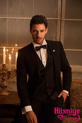 2019Siyah yelekli damatlık takım elbiseyi siyah papyon ve yaka broşu tamamlıyor.