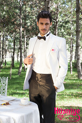 2019Beyaz ceket, siyah pantolon beyaz gömlekli damatlığı yelek şeklinde kuşak tamamlıyor.