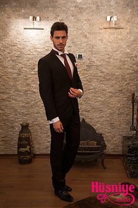 2019Siyah damatlık takım elbise, beyaz kırık yaka gömlek, bordo kravat şeklinde fular olan smokini yakaya takılan orkide tamamlıyor.