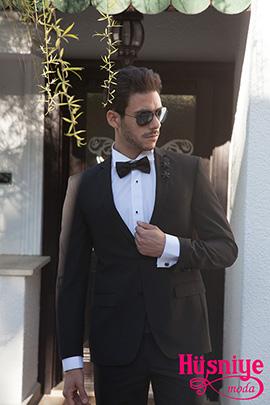 2019Siyah, gümüş renkli yelekli damatlık takım elbiseyi siyah papyon, siyah düğmeli beyaz gömlek tamamlıyor. Düğün sonrası da giyilebilen şık bir damatlık.