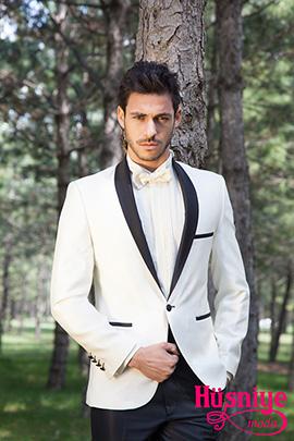 2019Beyaz ceket, siyah pantolon şal yakalı damatlk modelini, kırık yaka beyaz gömlek ve papyon tamamlıyor.