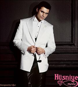 2019Hüsniye Moda simokin damatlık modeli, beyaz çeket, siyah pantolon, siyah düğmeli ata yaka beyaz gömlek, siyah papyonlu çok şık damatlık.