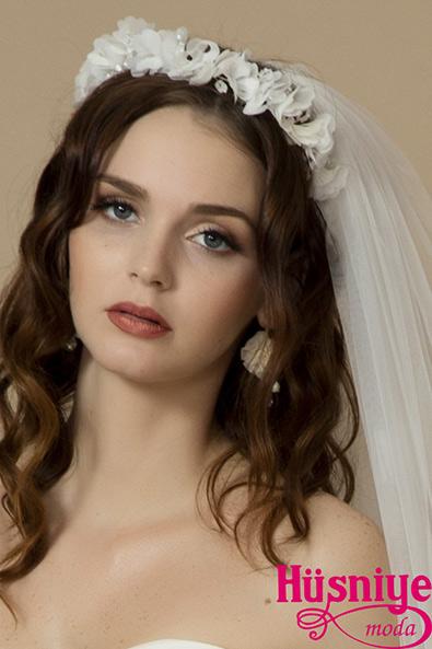 2019Gelin Saçı Aksesuarları Taçları Kır düğünü gelinleri için çiçekli taç modeli serbest gelin saçı düşünen gelinlerimiz için. Pembe, mor, pudra tonlarında tasarlanabilir.